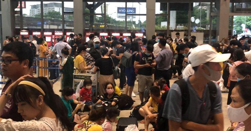 Hàng trăm chuyến bay bị trễ, hủy tại Tân Sơn Nhất - ảnh 1