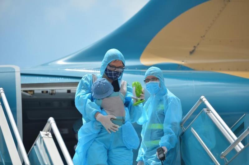 Chuyến bay đón nhiều trẻ em từ Đà Nẵng đã về đến Hà Nội - ảnh 1