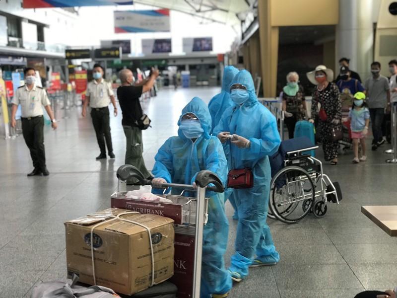 Chuyến bay đón nhiều trẻ em từ Đà Nẵng đã về đến Hà Nội - ảnh 2