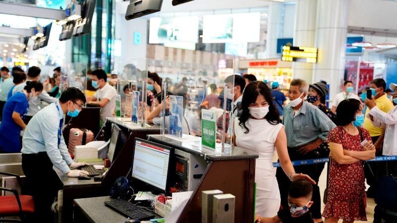Sân bay Nội Bài lắp vách ngăn giọt bắn tại quầy giao tiếp - ảnh 1