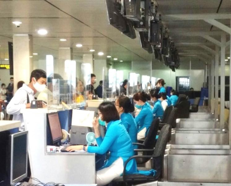 Sân bay Tân Sơn Nhất lắp vách ngăn giọt bắn - ảnh 1