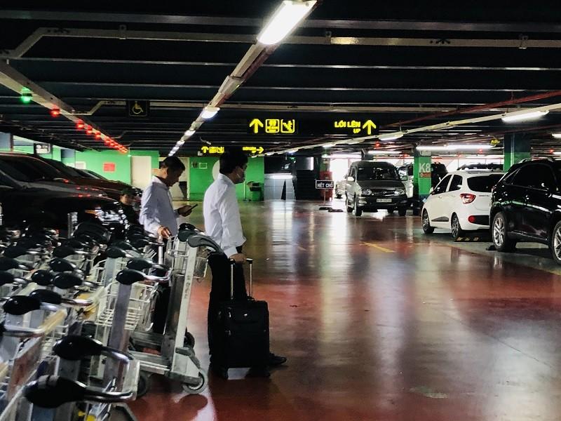 Đề nghị mở làn riêng để xe công nghệ đón khách ở Tân Sơn Nhất - ảnh 1