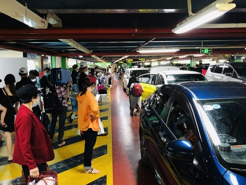 Sân bay Tân Sơn Nhất nhộn nhịp khách sau kỳ nghỉ lễ  - ảnh 6