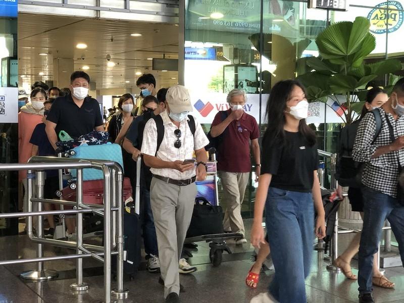 Sân bay Tân Sơn Nhất nhộn nhịp khách sau kỳ nghỉ lễ  - ảnh 1