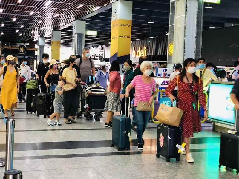 Sân bay Tân Sơn Nhất nhộn nhịp khách sau kỳ nghỉ lễ  - ảnh 3