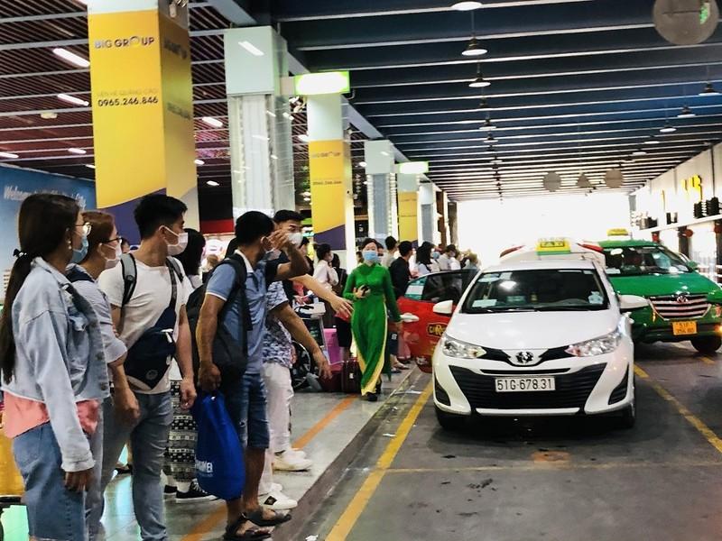 Sân bay Tân Sơn Nhất nhộn nhịp khách sau kỳ nghỉ lễ  - ảnh 5