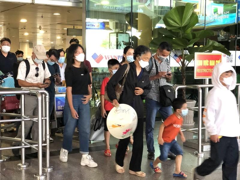 Sân bay Tân Sơn Nhất nhộn nhịp khách sau kỳ nghỉ lễ  - ảnh 2