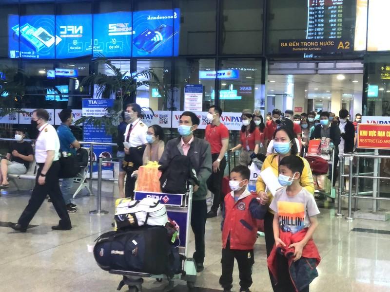 Lấy mẫu 500 xét nghiệm ngẫu nhiên ở sân bay Tân Sơn Nhất - ảnh 1