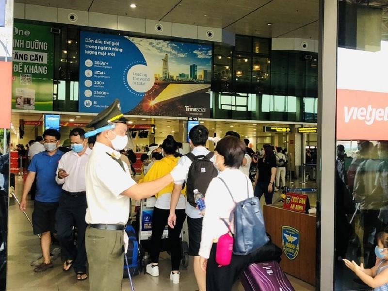 Cấm đi máy bay 1 năm hành khách lăng mạ nhân viên hàng không - ảnh 1