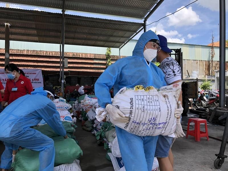 Bà con Lệ Thủy gửi 30 tấn gạo, rau củ vào TP.HCM chống dịch   - ảnh 5