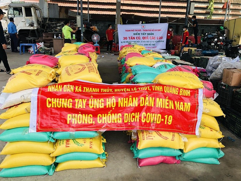 Bà con Lệ Thủy gửi 30 tấn gạo, rau củ vào TP.HCM chống dịch   - ảnh 2
