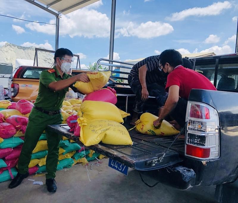 Bà con Lệ Thủy gửi 30 tấn gạo, rau củ vào TP.HCM chống dịch   - ảnh 6