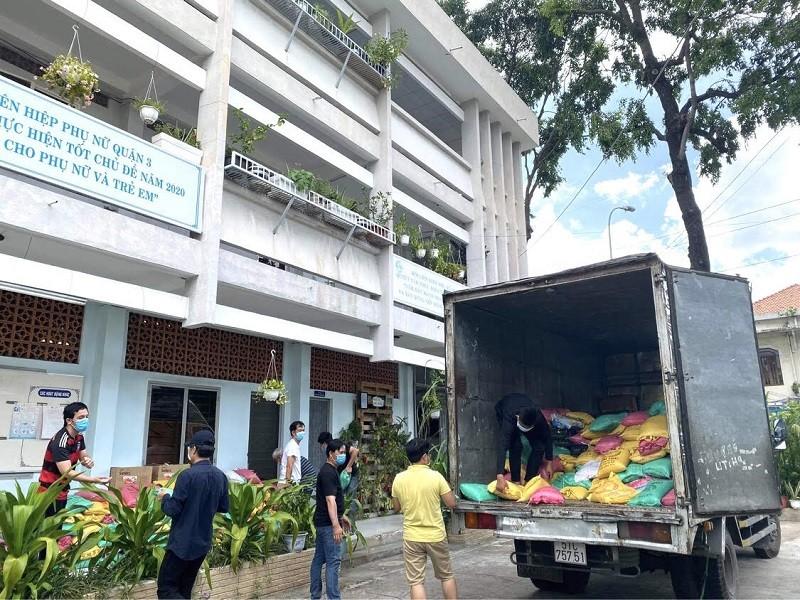 Bà con Lệ Thủy gửi 30 tấn gạo, rau củ vào TP.HCM chống dịch   - ảnh 4