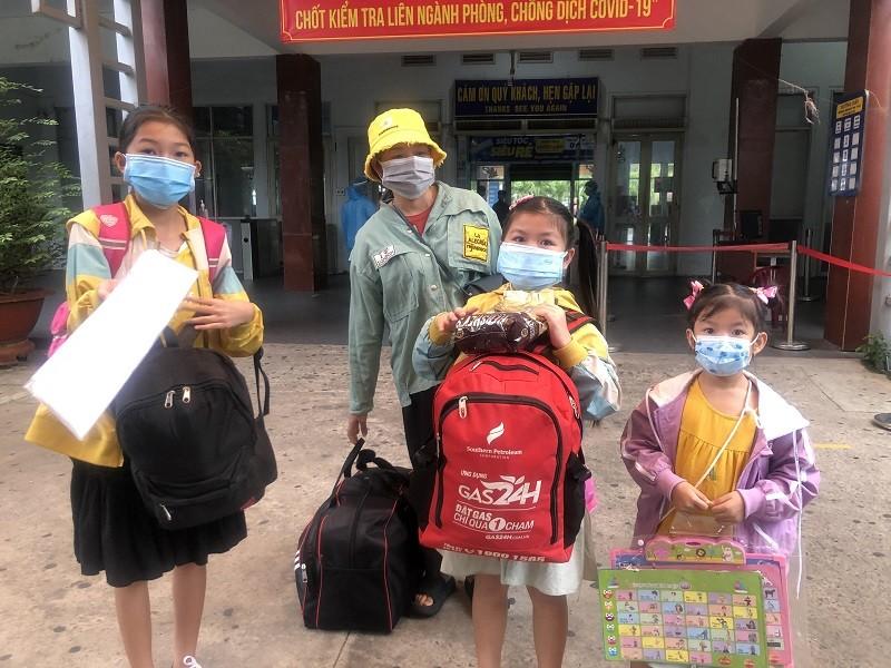 Người Quảng Bình ở TP.HCM ra ga tiễn gần 3.000 bà con về quê - ảnh 1