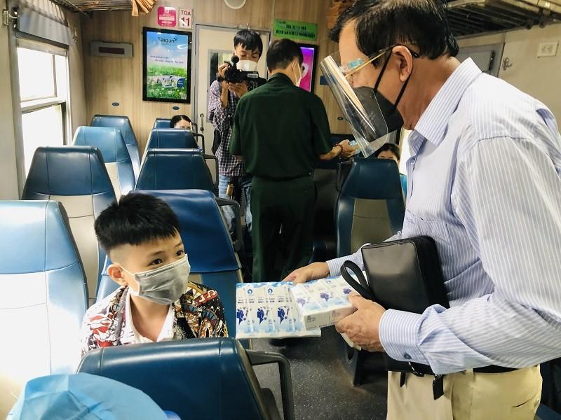 Người Quảng Bình ở TP.HCM ra ga tiễn gần 3.000 bà con về quê - ảnh 3