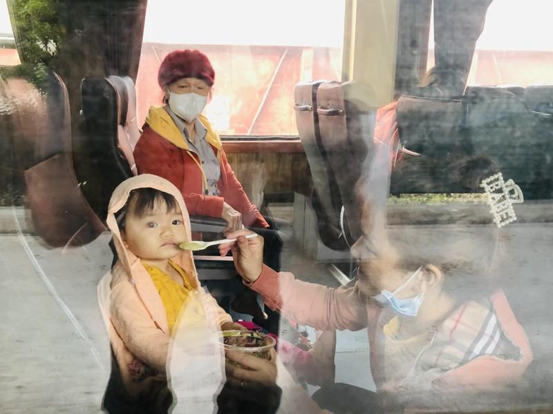 Người Quảng Bình ở TP.HCM ra ga tiễn gần 3.000 bà con về quê - ảnh 2