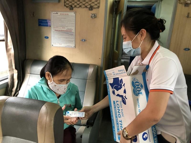 Người Quảng Bình ở TP.HCM ra ga tiễn gần 3.000 bà con về quê - ảnh 5