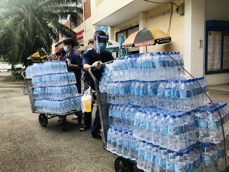 Người Quảng Bình ở TP.HCM ra ga tiễn gần 3.000 bà con về quê - ảnh 7