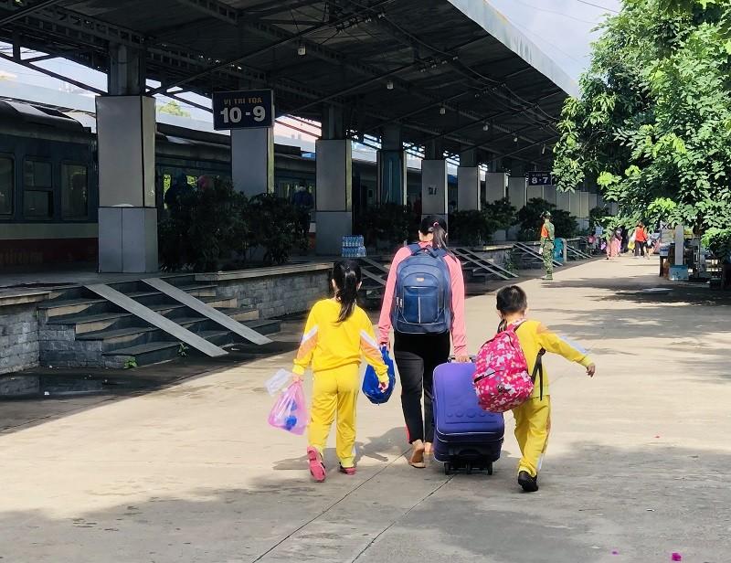Thai phụ sinh con 3kg trên đoàn tàu đón công dân Quảng Bình về quê - ảnh 4