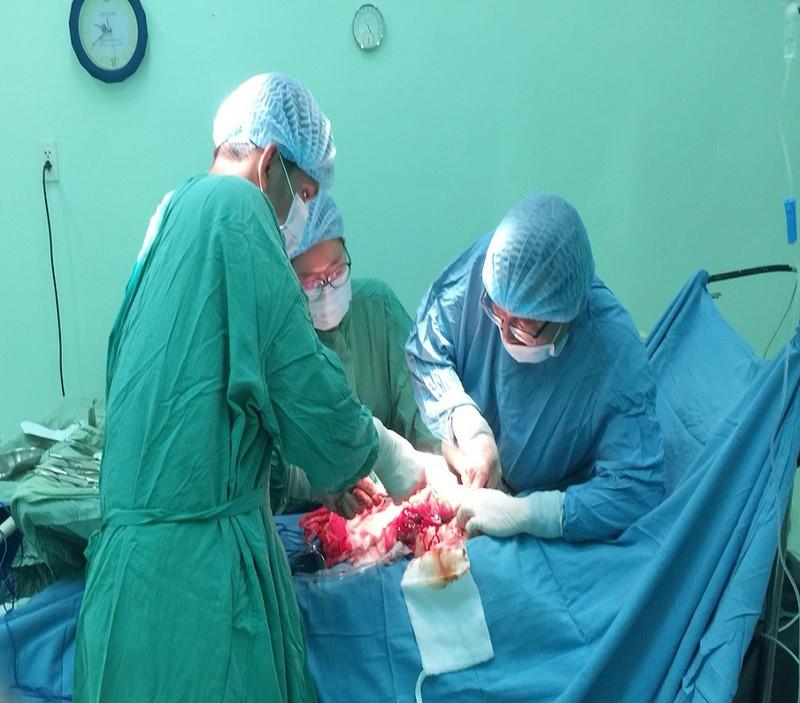 Cứu người phụ nữ mang khối u xơ 'khủng' nặng gần 6 kg  - ảnh 1