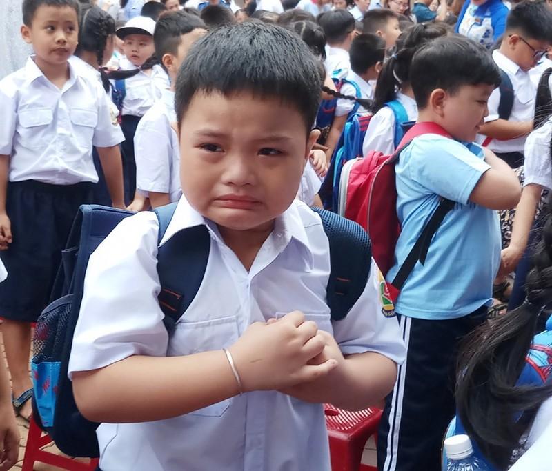 Học sinh lớp 1 mếu máo trong ngày đầu tựu trường - ảnh 1