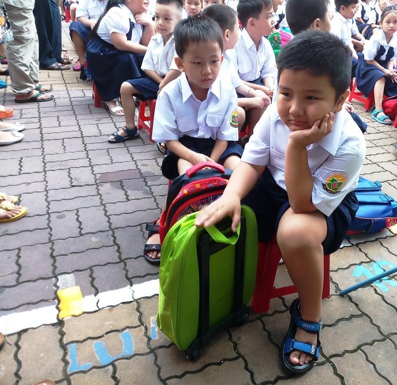 Học sinh lớp 1 mếu máo trong ngày đầu tựu trường - ảnh 2
