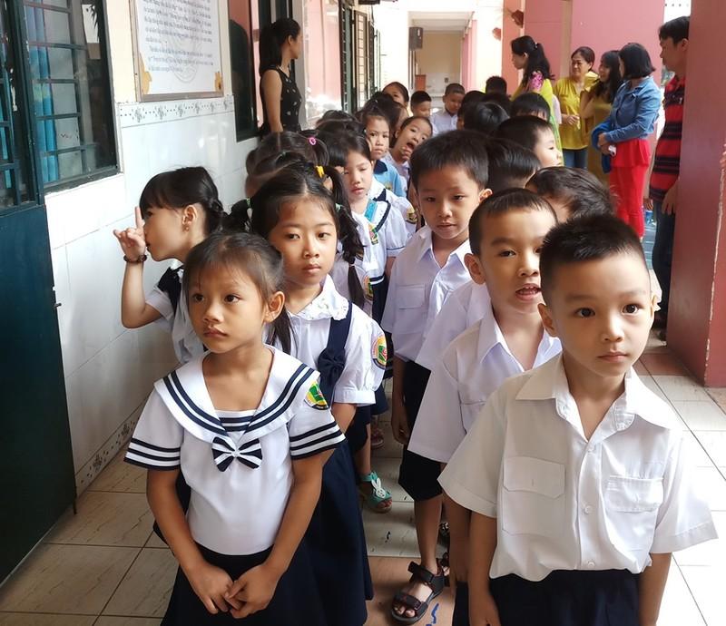 Học sinh lớp 1 mếu máo trong ngày đầu tựu trường - ảnh 8