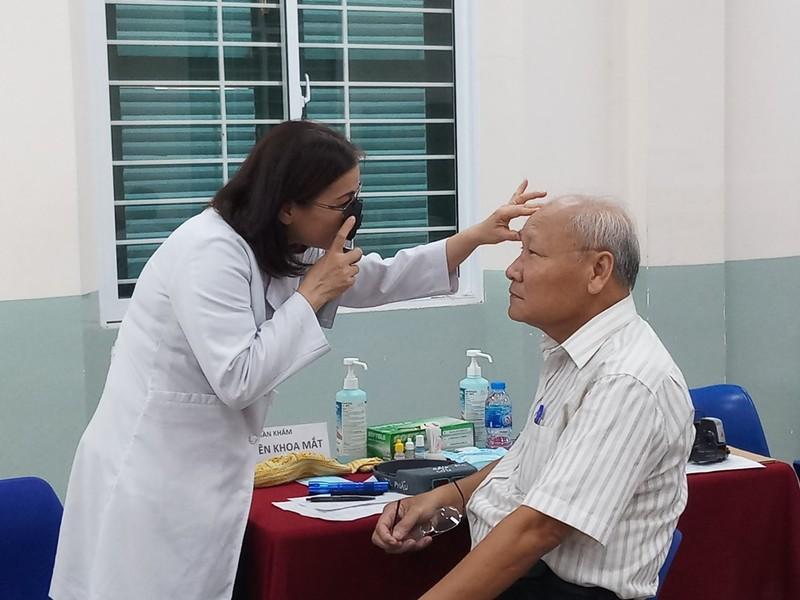 Khi cựu học sinh khám bệnh cho thầy cô giáo cũ - ảnh 2