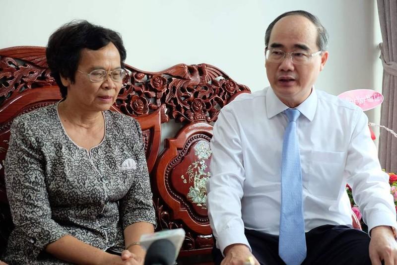 Bí thư Thành ủy Nguyễn Thiện Nhân thăm các nhà giáo tiêu biểu - ảnh 2