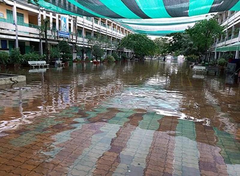 Trường học tại TP.HCM ngập trong nước - ảnh 1