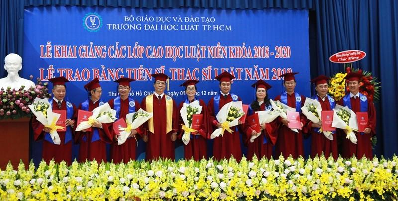 Đại học Luật TP.HCM trao bằng cho hơn 300 thạc sĩ, tiến sĩ - ảnh 1
