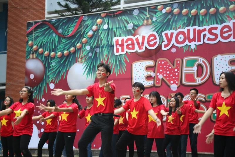 Sân trường ngập sắc đỏ cổ vũ tuyển Việt Nam - ảnh 1