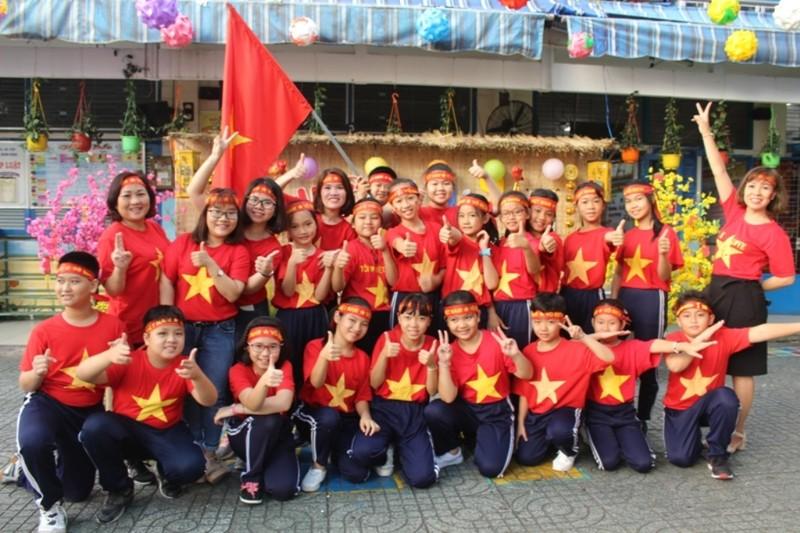 Cô trò 'nhuộm đỏ' sân trường ủng hộ đội tuyển Việt Nam - ảnh 1