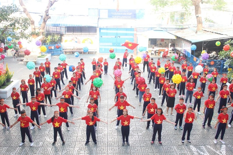 Cô trò 'nhuộm đỏ' sân trường ủng hộ đội tuyển Việt Nam - ảnh 2