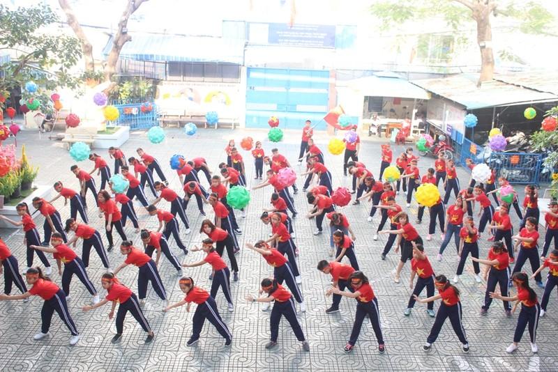 Cô trò 'nhuộm đỏ' sân trường ủng hộ đội tuyển Việt Nam - ảnh 3