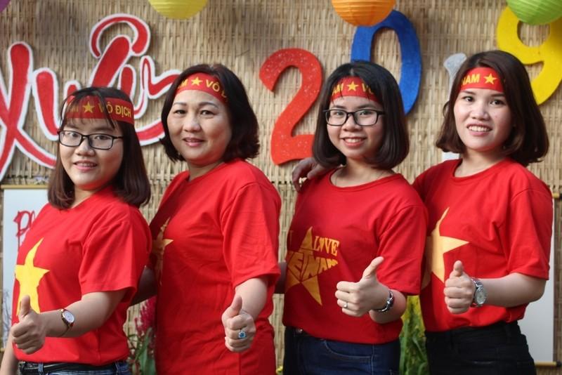 Cô trò 'nhuộm đỏ' sân trường ủng hộ đội tuyển Việt Nam - ảnh 4