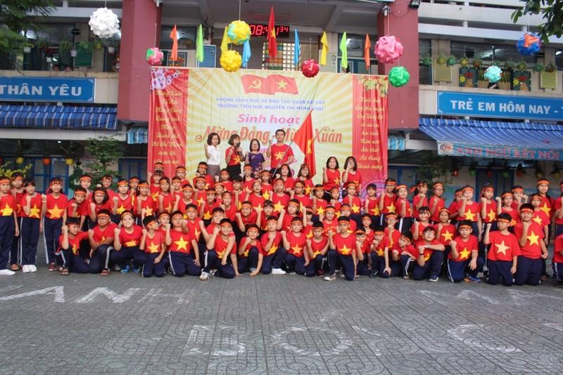 Cô trò 'nhuộm đỏ' sân trường ủng hộ đội tuyển Việt Nam - ảnh 8