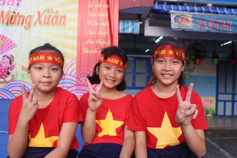 Cô trò 'nhuộm đỏ' sân trường ủng hộ đội tuyển Việt Nam - ảnh 6