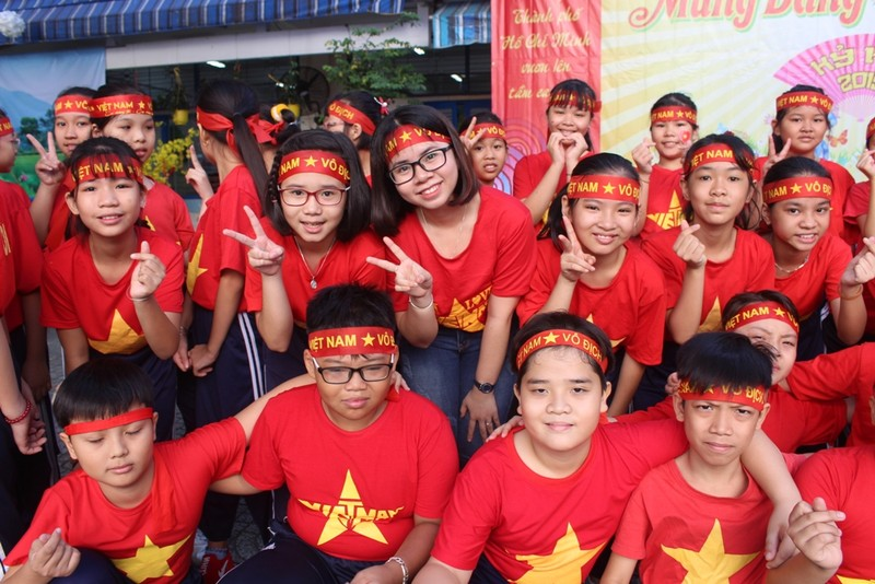 Cô trò 'nhuộm đỏ' sân trường ủng hộ đội tuyển Việt Nam - ảnh 7