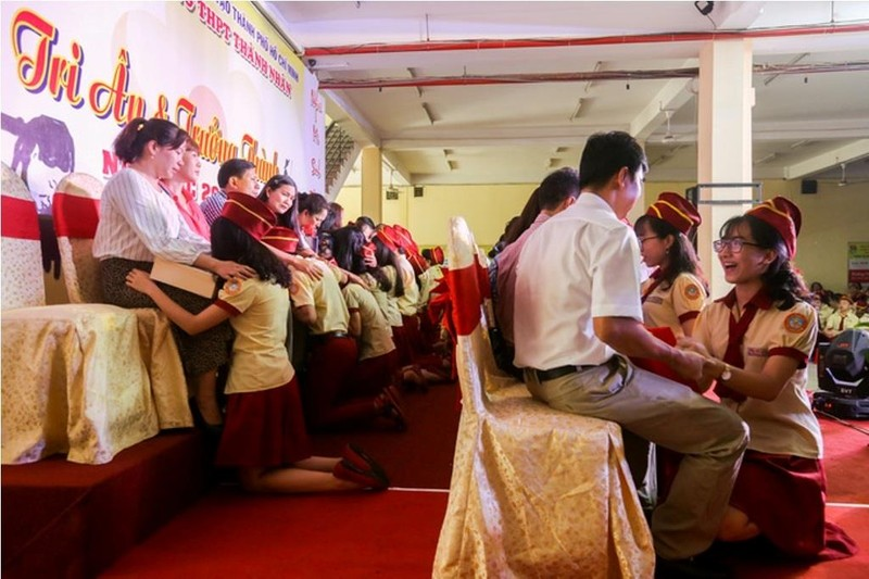 Tranh cãi chuyện học sinh quỳ gối tri ân cha mẹ - ảnh 1