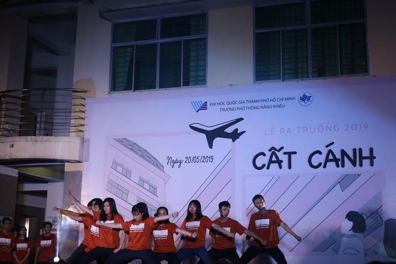 Học sinh trường PTNK 'cất cánh' trong lễ trưởng thành - ảnh 3