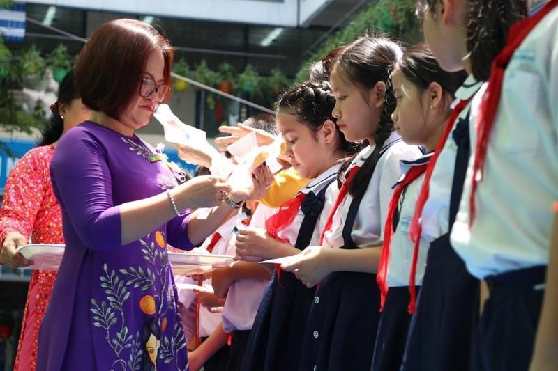 Món quà bất ngờ cô hiệu trưởng tặng học trò trong lễ tri ân - ảnh 1