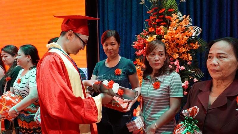 Xúc động lễ tri ân của học sinh trường Trần Hữu Trang          - ảnh 2