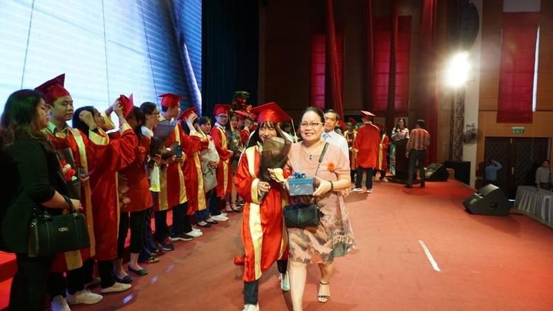 Xúc động lễ tri ân của học sinh trường Trần Hữu Trang          - ảnh 3