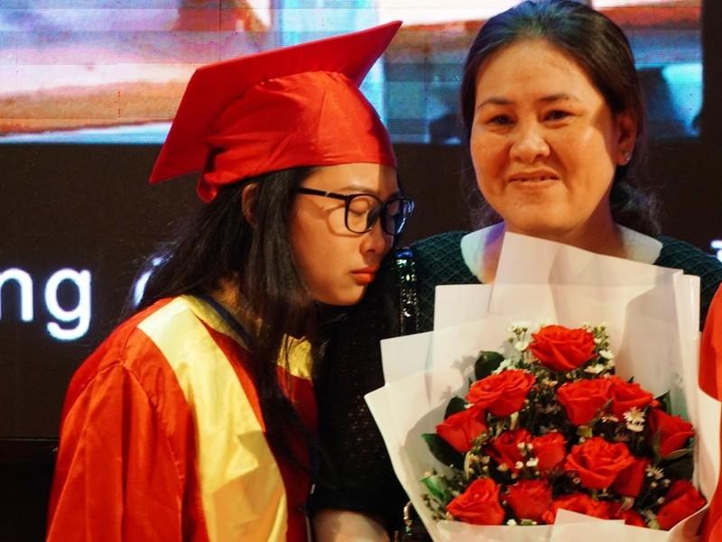 Xúc động lễ tri ân của học sinh trường Trần Hữu Trang          - ảnh 4