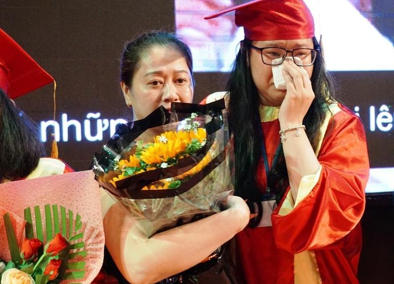 Xúc động lễ tri ân của học sinh trường Trần Hữu Trang          - ảnh 5
