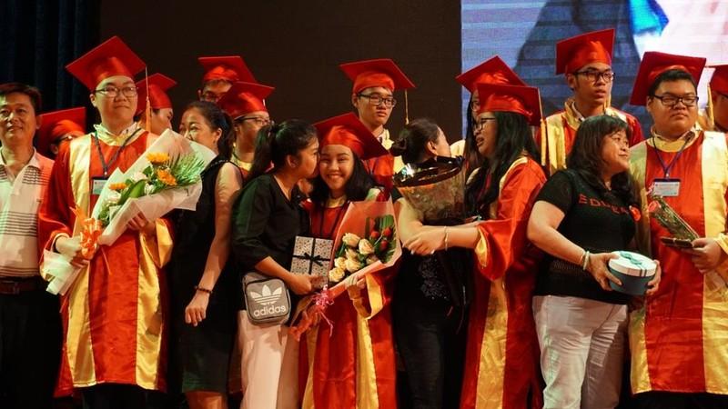 Xúc động lễ tri ân của học sinh trường Trần Hữu Trang          - ảnh 6
