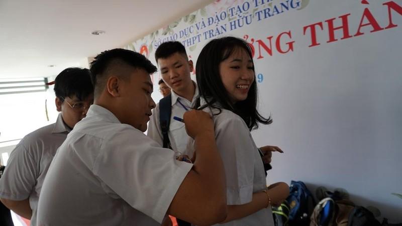 Xúc động lễ tri ân của học sinh trường Trần Hữu Trang          - ảnh 9