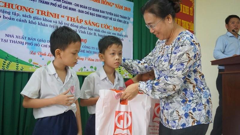 Chi đoàn Báo Pháp luật TP.HCM tặng sách cho học sinh nghèo - ảnh 1