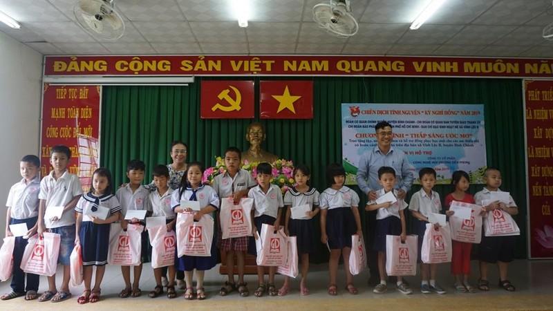 Chi đoàn Báo Pháp luật TP.HCM tặng sách cho học sinh nghèo - ảnh 2